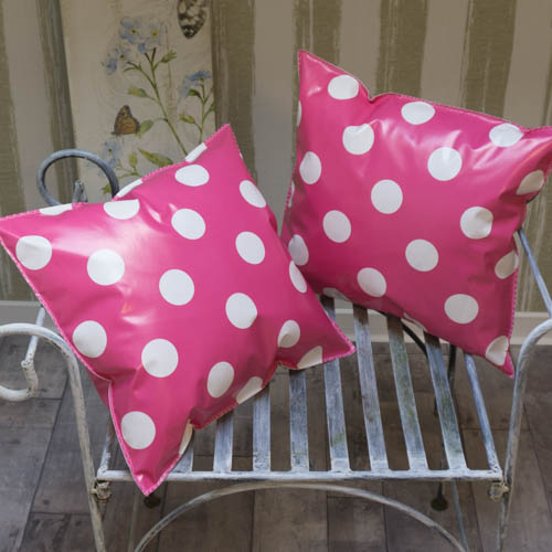 outdoor kissen in pink mit gro en wei en punkten mit liebe dekoriert. Black Bedroom Furniture Sets. Home Design Ideas