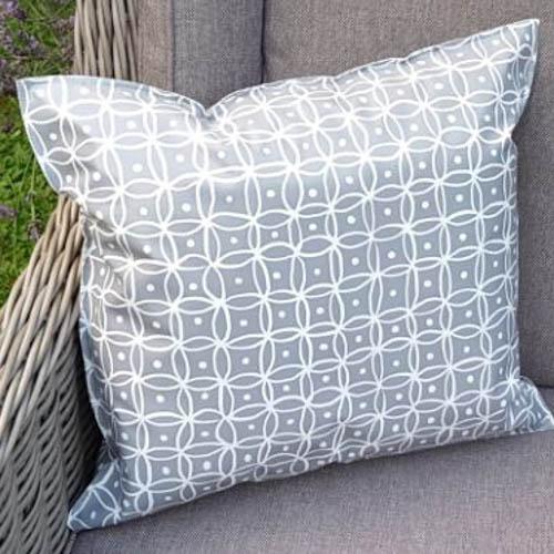 outdoor kissen grau mit wei en punkten mit liebe dekoriert. Black Bedroom Furniture Sets. Home Design Ideas