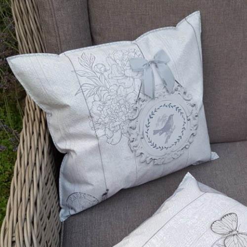 wachstuchkissen outdoor kissen shabby chic mit liebe dekoriert. Black Bedroom Furniture Sets. Home Design Ideas