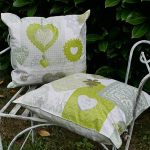 Outdoor- / Wachstuch Kissen Herzen grün
