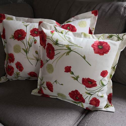 Kissenhülle Mohn im Garten auf der Couch