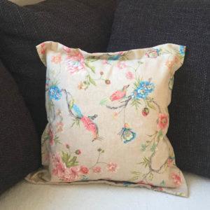 Kissenhülle Vogel bunt auf der Couch