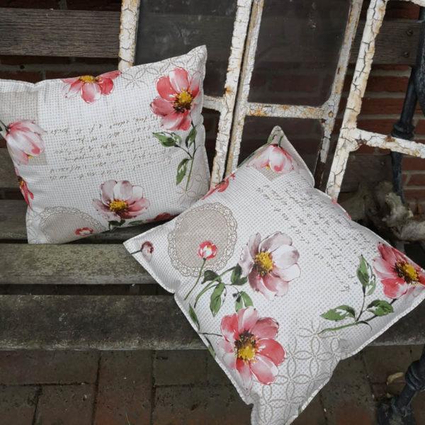 Trendiges Loungekissen Blumen für draußen auf der Bank