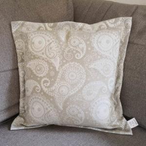 Jacquard Kissenhülle Beige mit creme Ornamenten auf der Couch