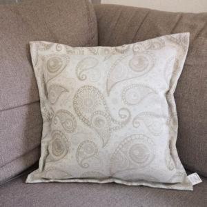 Jacquard Kissenhülle Creme mit beigen Ornamenten auf dem Sofa