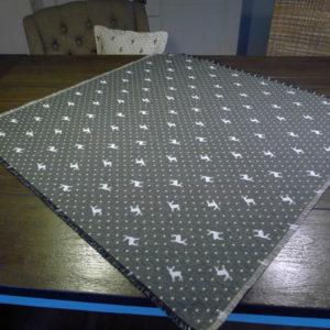 Mitteldecke Hirsch mit Punkten beige auf grau 100x100cm