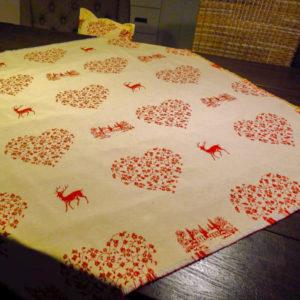 Mitteldecke Hirsch rot mit Herzen Hintergrund creme