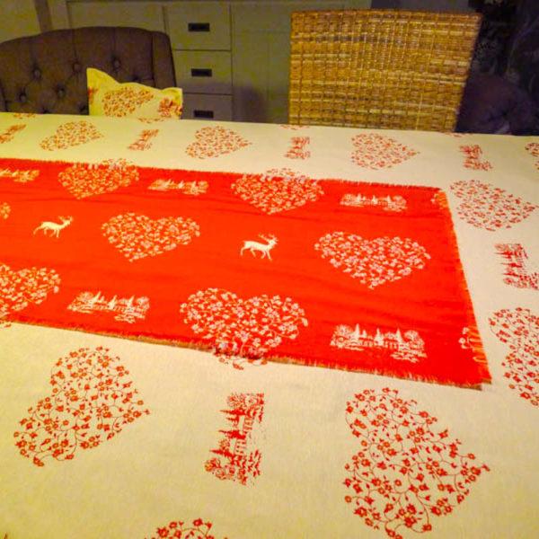 Tischläufer Hirsch mit Herzen creme/ roter Hintergrund