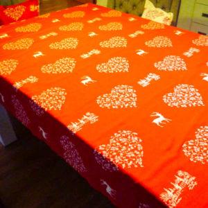 Tischdecke Hirsch mit Herzen creme auf rot