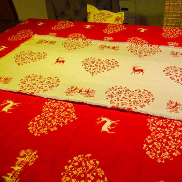 Tischdecke Hirsch mit Herzen creme roter HIntergrund mit Tischläufer