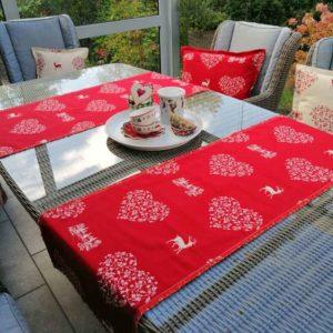 Tischläufer Hirsch mit Herzen rot