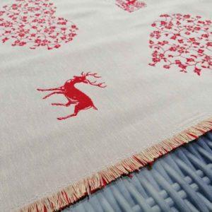 Tischläufer Hirsch mit Herzen rot auf creme - Umrandung