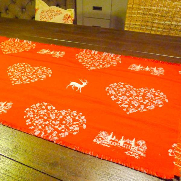 Tischläufer Hirsch mit Herzen creme auf rot
