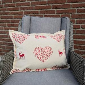Kissenhülle Hirsch mit Herzen rot auf creme 45x60cm closeup