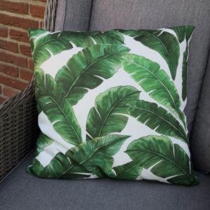 Trendiges Kissen Palmenblätter in grün closeup