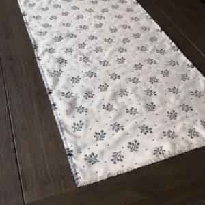 Tischläufer Zweige grau mit creme Hintergrund Close