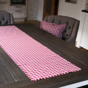 Tischläufer Rot kariert aus Stoff drinnen