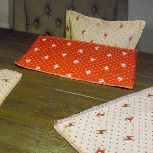 Platzset Hirsch mit Punkten beige auf rot