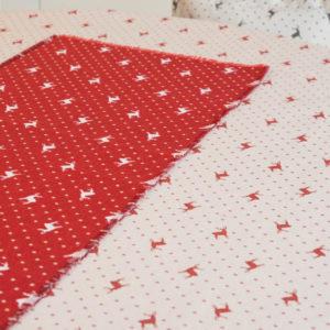 Tischläufer Hirsch mit Punkten beige auf rot