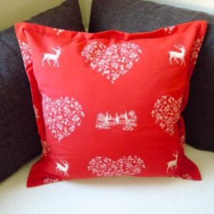 Kissenhülle Hirsch mit Herzen creme auf rot 1 Kissen