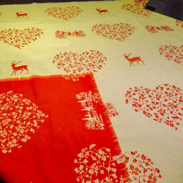 Weihnachtsbaumdecke Hirsch mit Herzen rot und creme (Wendedecke)