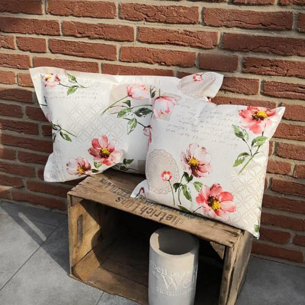 Trendiges Loungekissen Blumen für draußen