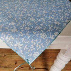 Mitteldecke Blau mit weißen Blumenranken
