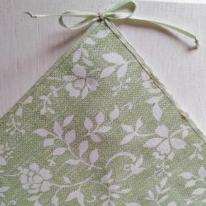 Mitteldecke Grün mit weißen Blumenranken