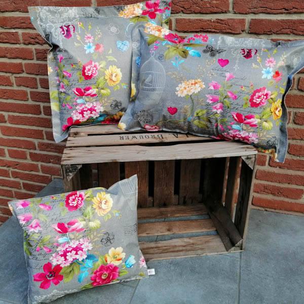 Gartenkissen Wachstuch Grau mit pinken Blumen 3 Größen