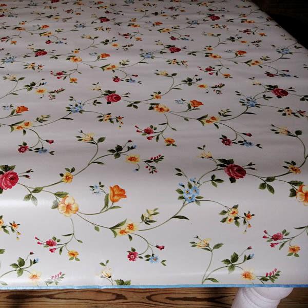 Tischdecke beige mit Streublümchen closeup