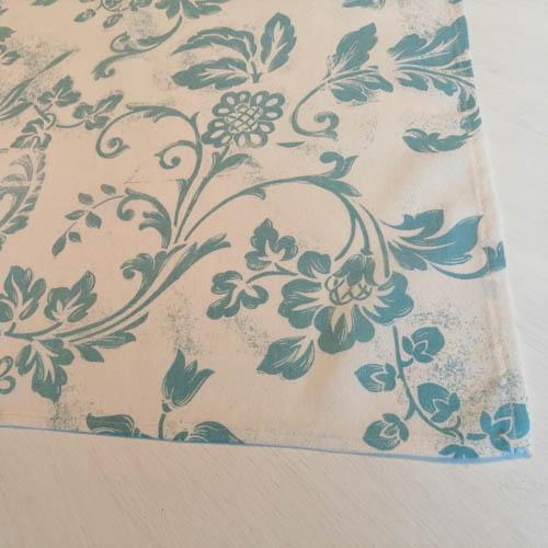 Mitteldecke weiß mit blauen Ornamenten Naht