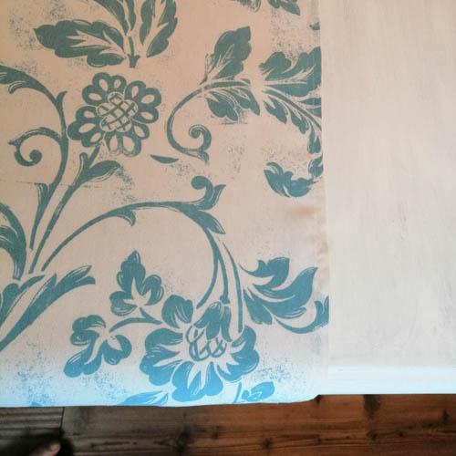 Tischläufer weiß mit blauen Ornamenten mit Blumen