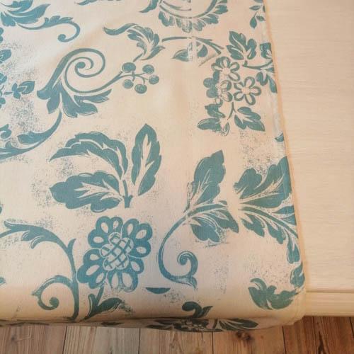 Tischläufer weiß mit blauen Ornamenten