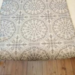 Tischläufer Grau Ornamente aus Jacquardstoff für den Esstisch