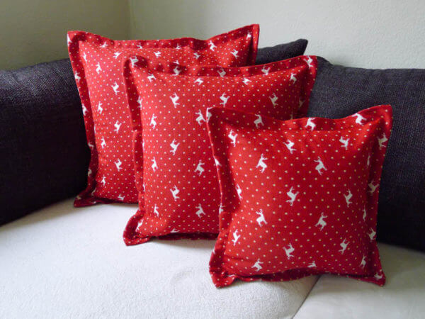 Kissen beiger Hirsch mit Punkten Hintergrund rot 3 Kissen