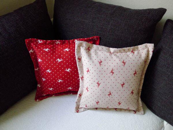 Kissen beiger Hirsch mit Punkten Hintergrund rot 2 Kissen