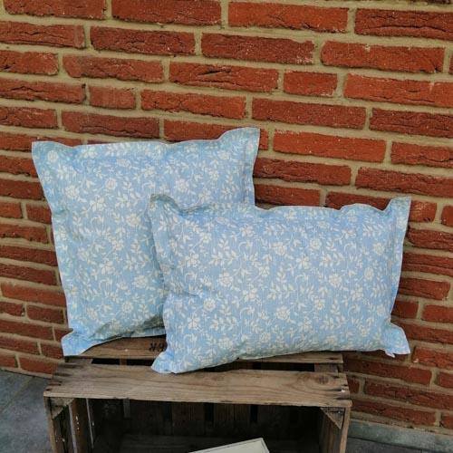 Outdoorkissen Blau mit weißen Blumenranken 2 Größen