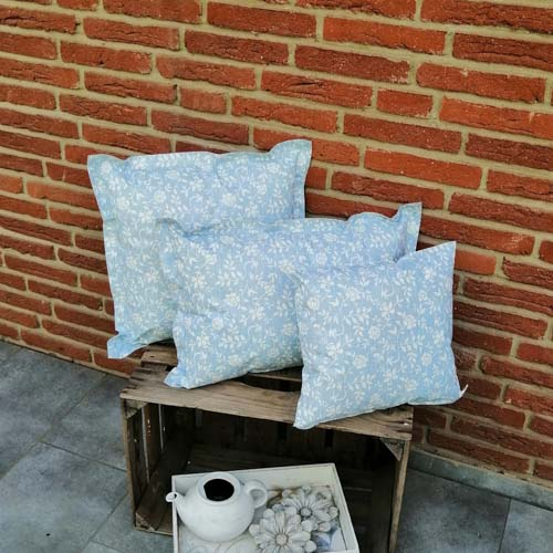 Outdoorkissen Blau mit weißen Blumenranken 3 Größen