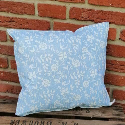 Outdoorkissen Blau mit weißen Blumenranken klein