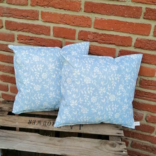 Outdoorkissen Blau mit weißen Blumenranken 2 kleine Kissen