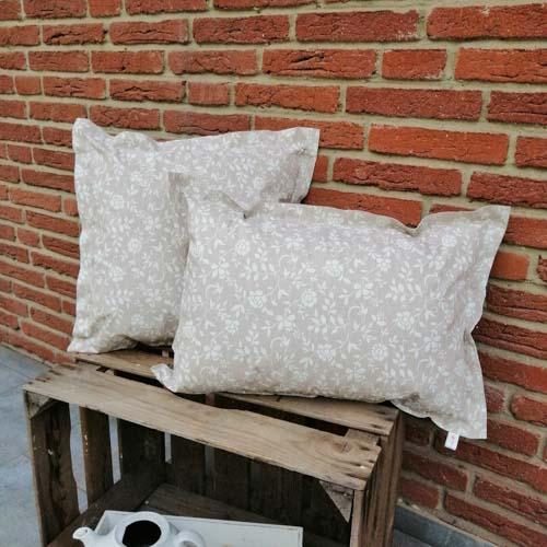 Outdoorkissen Braun mit weißen Blumenranken 2 Größen