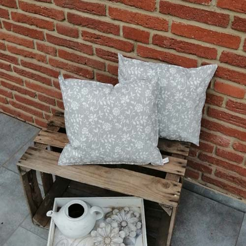 Outdoorkissen grau mit weißen Blumenranken 2 kleine Kissen
