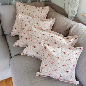 Kissen roter Hirsch mit Punkten Hintergrund beige 4 Größen