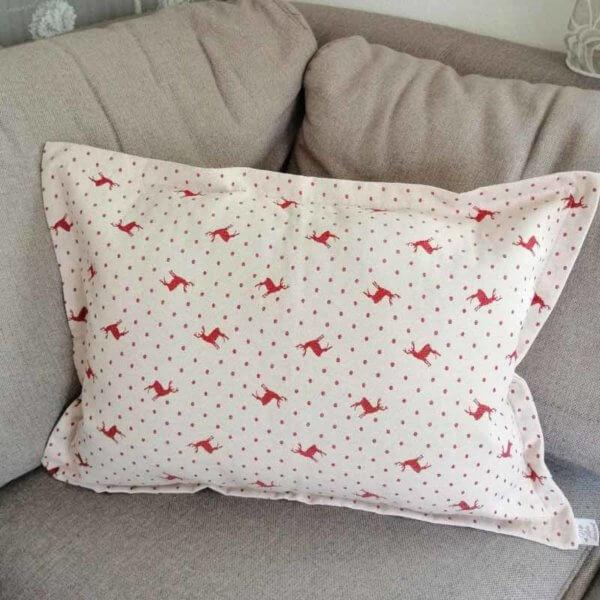 Kissen roter Hirsch mit Punkten Hintergrund beige 40x60cm