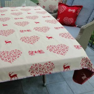 Tischdecke roter Hirsch mit Herzen (auf creme)