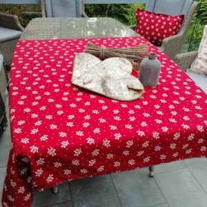 Tischdecke Zweige Creme mit rotem Hintergrund