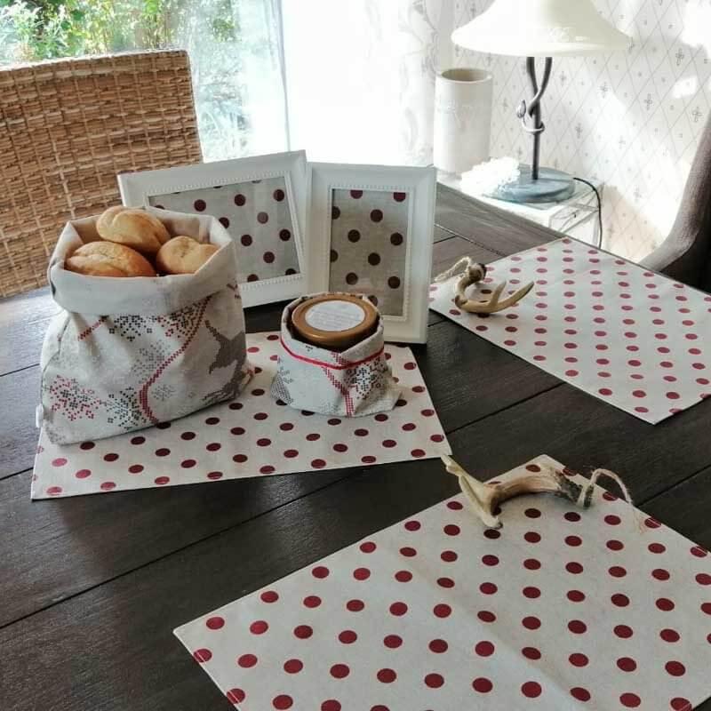 Brotkorb und Beutel auf dem Tisch