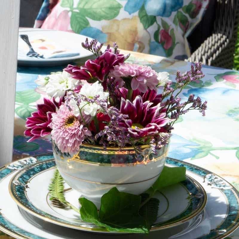 Blumengesteck als Deko für die Sommerparty im Garten