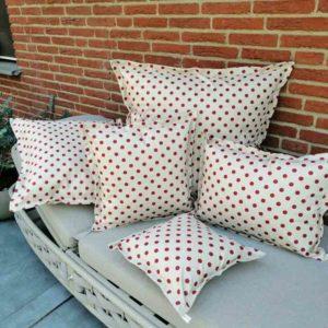 Wetterfeste Kissen für den Garten – Punkte rot