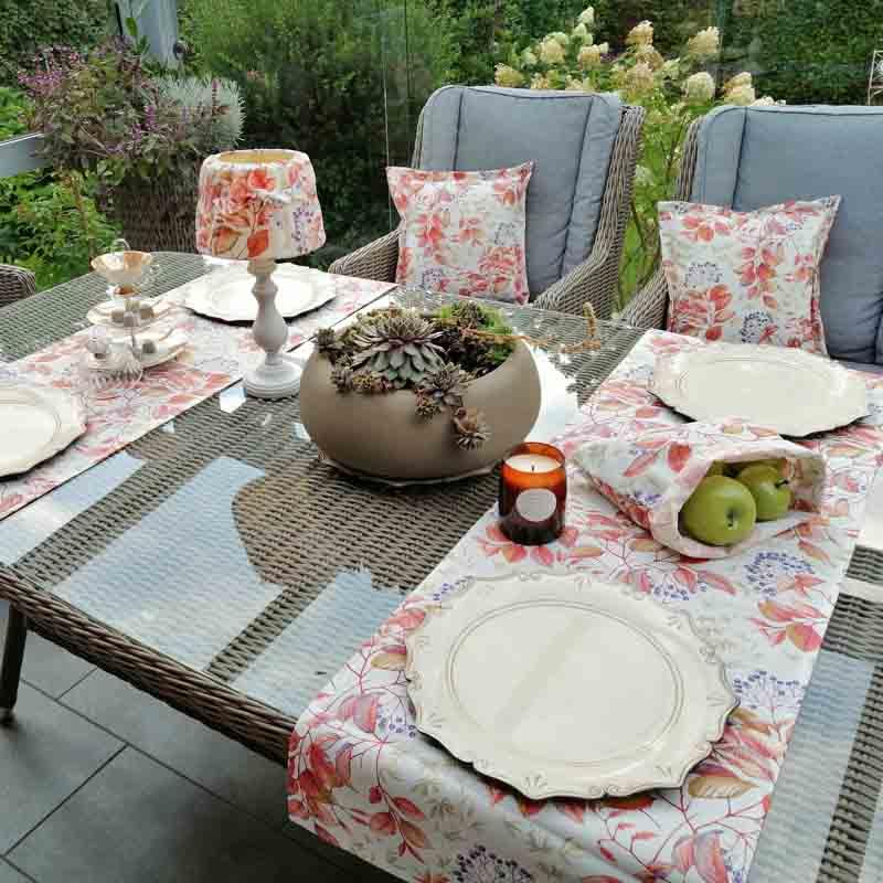Tischdeko Gartenmöbel neu gestalten mit Holunder